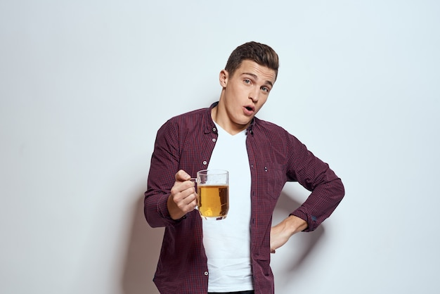 Homme avec une chope de bière chemise de style de vie alcool amusant fond clair. photo de haute qualité