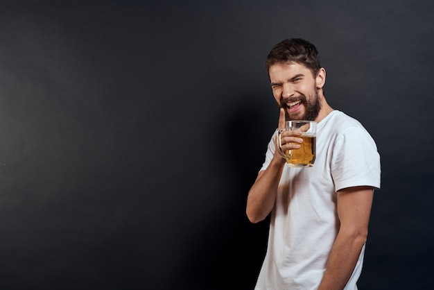Homme avec une chope de bière dans ses mains émotions fun lifestyle t-shirt blanc foncé