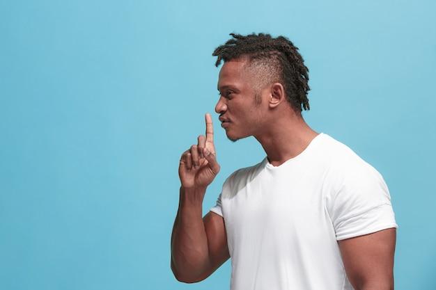 Homme chuchotant un secret derrière sa main