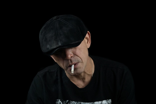 Un homme avec une cigarette