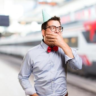 L'homme coiffé d'un chapeau rouge noeud papillon et partie. regarder surpris.