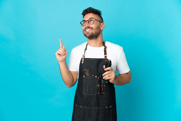 Homme de coiffeur dans un tablier pointant vers le haut une excellente idée