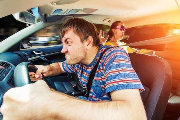 Homme en colère au volant de la voiture