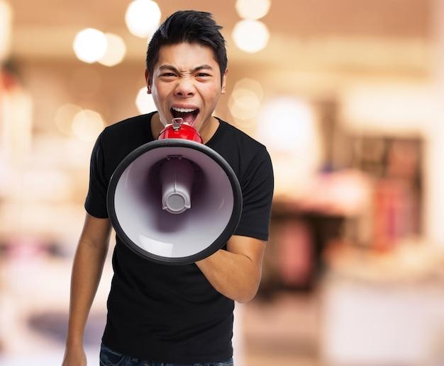 Homme en colère criant dans un mégaphone