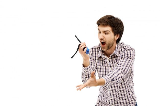 Homme en colère criant à l'émetteur radio