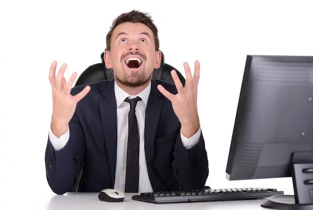 Homme en colère et hurlant sur le lieu de travail.