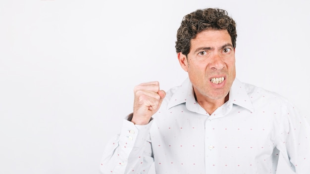 Homme en colère montrant le poing