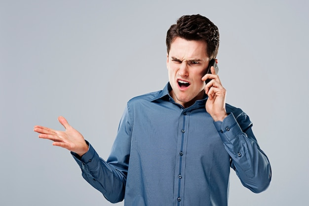 Homme en colère, parler au téléphone
