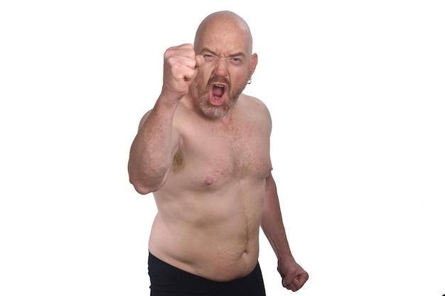 Homme en colère torse nu sur fond blanc