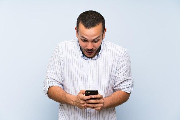 Homme colombien surpris et envoyant un message