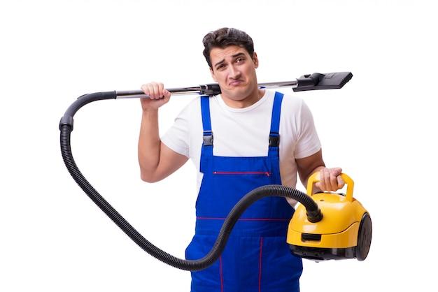Homme en combinaison faisant l'aspirateur sur blanc