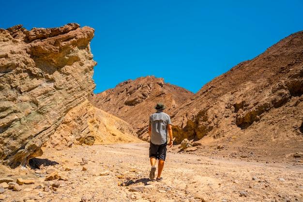 Un homme commençant le sentier du golden canyon, en californie. états unis
