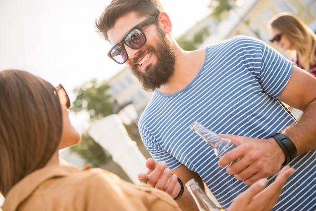 L'homme communique avec une fille dans la rue.