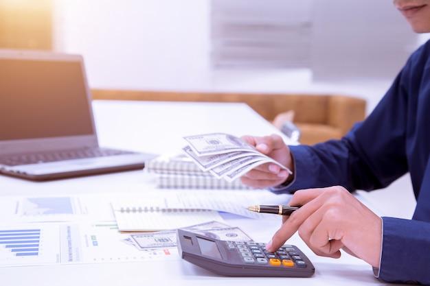 Homme comptable effectuant des calculs. concept d'épargne, de finances et d'économie.