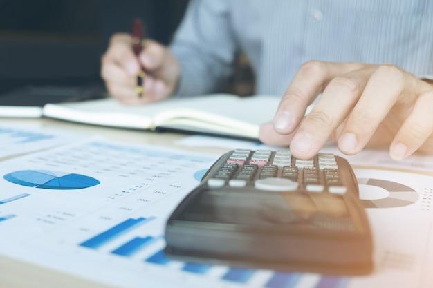 Homme comptable travaillant sur la calculatrice