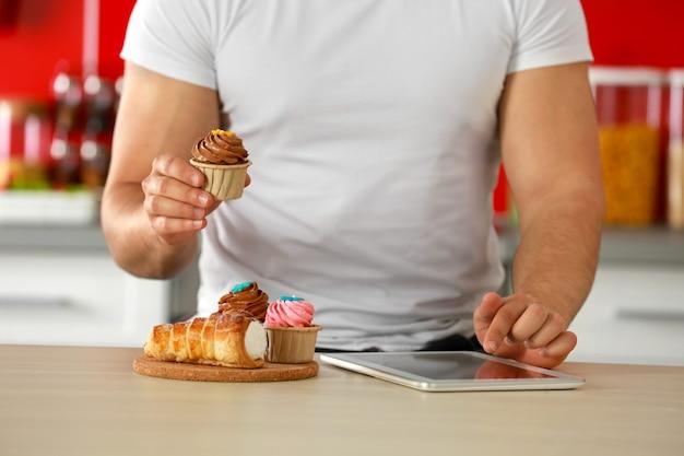 Homme comptant les calories sur tablette