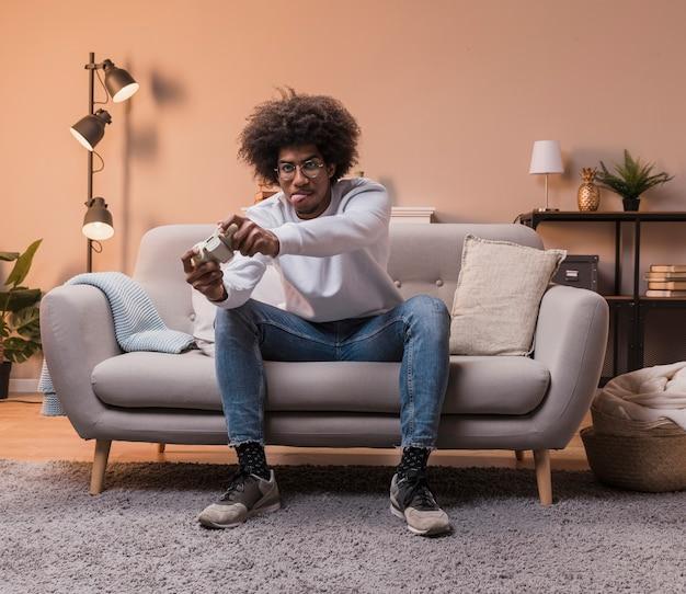 Homme concentré jouant à des jeux