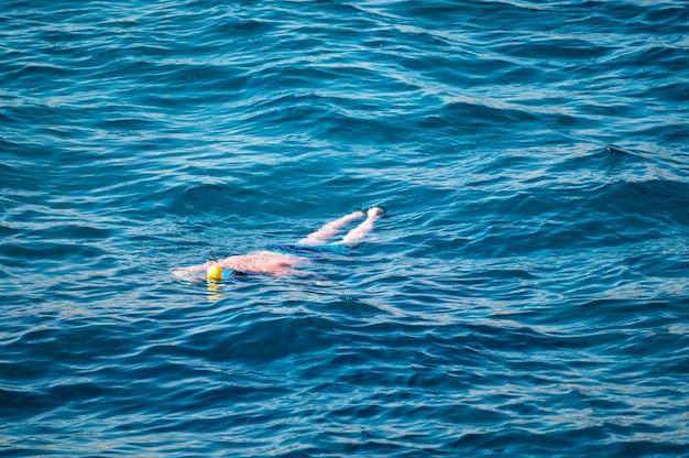 Homme de concept de plongée en apnée explorant la mer bleue tout en faisant de la plongée en apnée en été