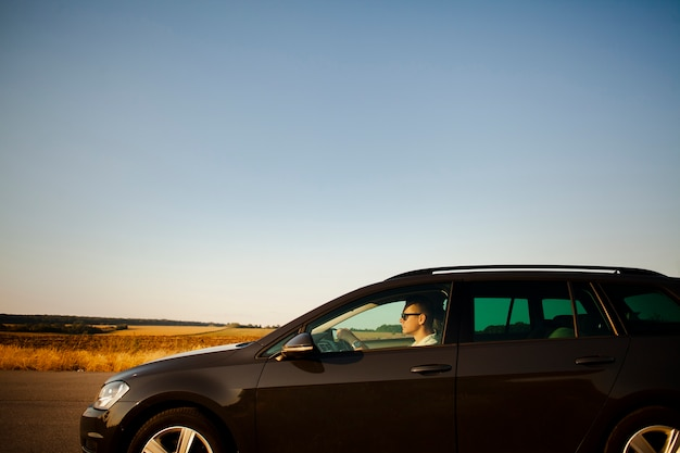 Homme conduisant sur la route