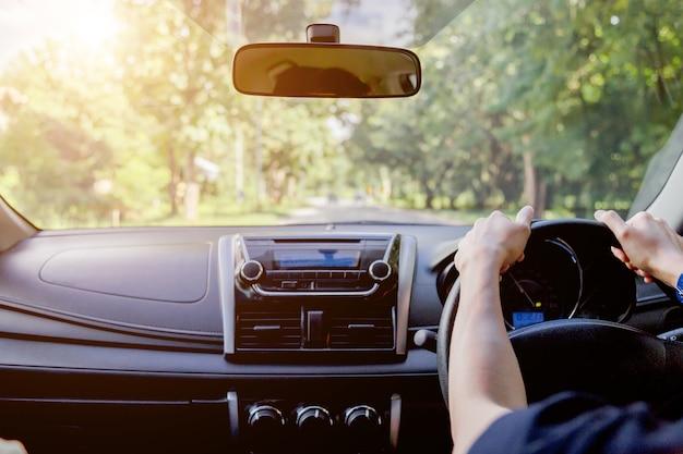 Homme, conduite, voiture, vue postérieure, autoroute