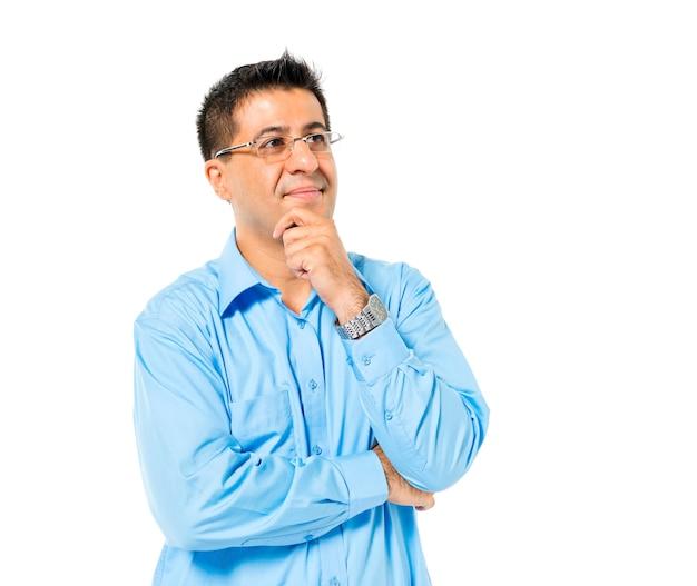 Homme confiant debout et contemplant