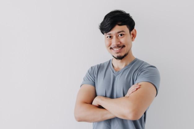 Homme confiant et heureux en tshirt bleu isolé sur fond blanc