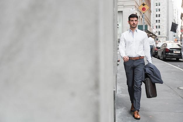 Homme confiant marchant au travail