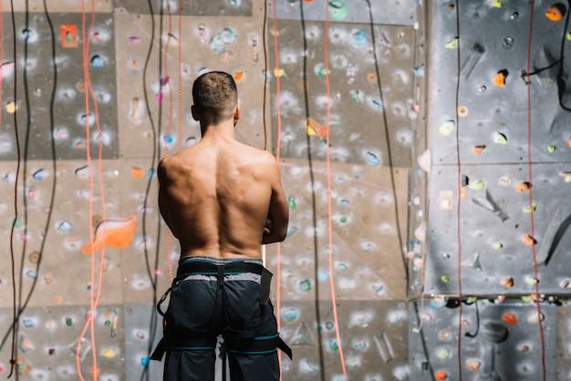 Homme confiant, regardant le mur d'escalade