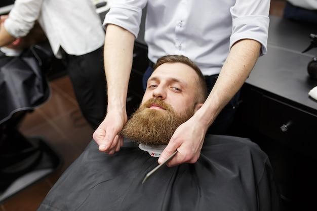 Homme confiant en visite chez le coiffeur.