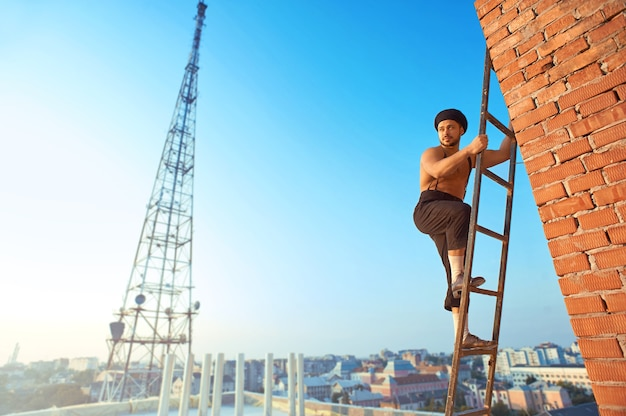 Homme constructeur à la construction