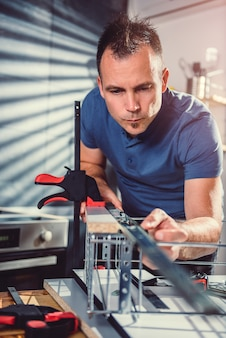 Homme, construction, armoires cuisine