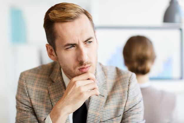 Homme contemplant