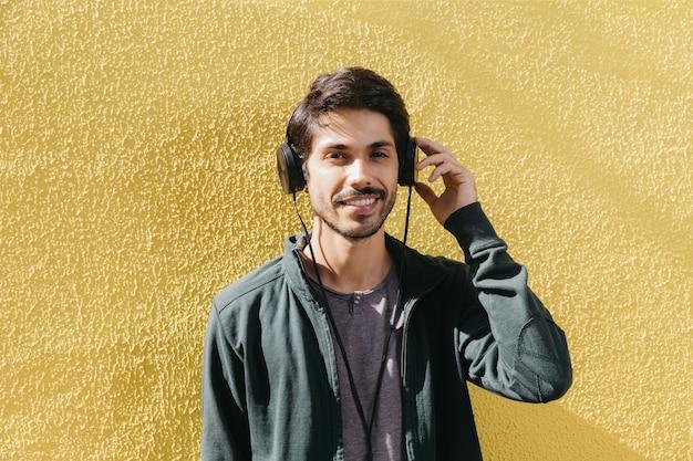 Homme de contenu posant dans les écouteurs