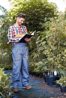 Homme contrôlant la croissance des semis
