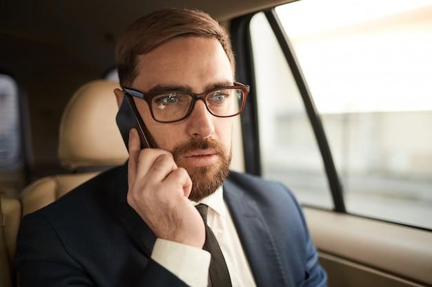 Homme, conversation téléphone, dans voiture