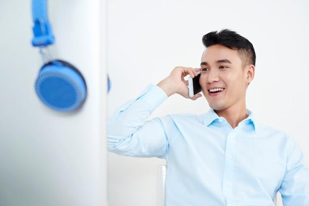 Homme, conversation téléphone