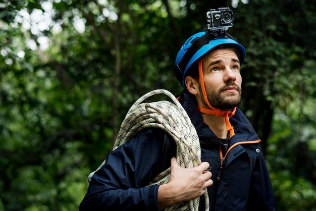 Homme avec corde d'escalade