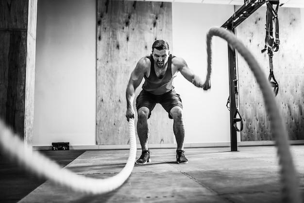 Homme avec corde en formation fonctionnelle