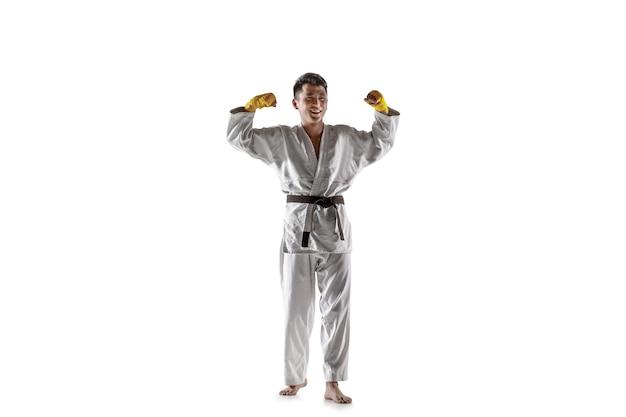 Homme coréen confiant en kimono pratiquant les arts martiaux de combat au corps à corps
