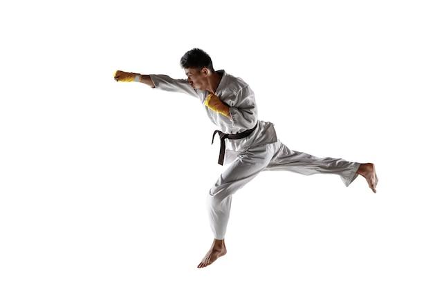 Homme coréen confiant en kimono pratiquant les arts martiaux de combat main à main