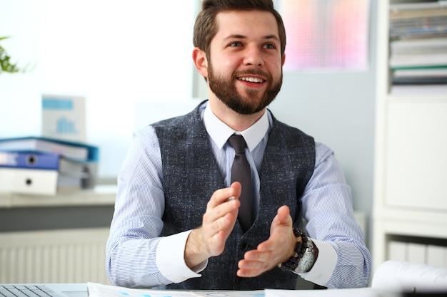 Homme en costume applaudissant