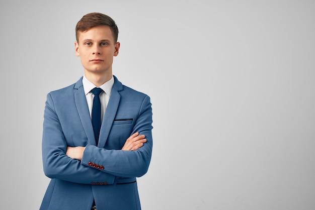 Homme en costume d'arrière-plan professionnel exécutif isolé