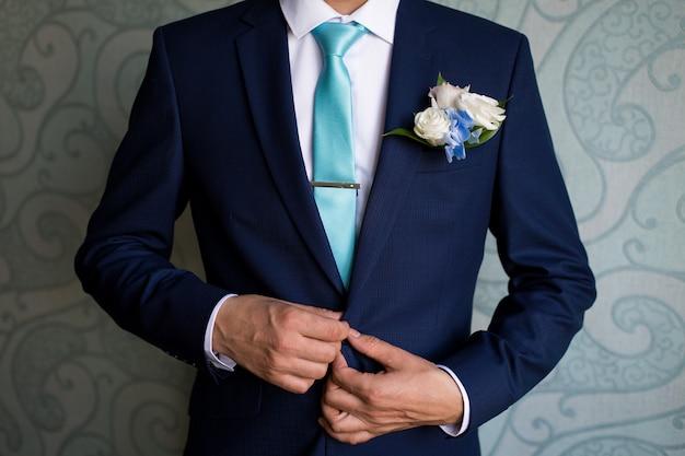 Homme en costume bleu attachant la cravate