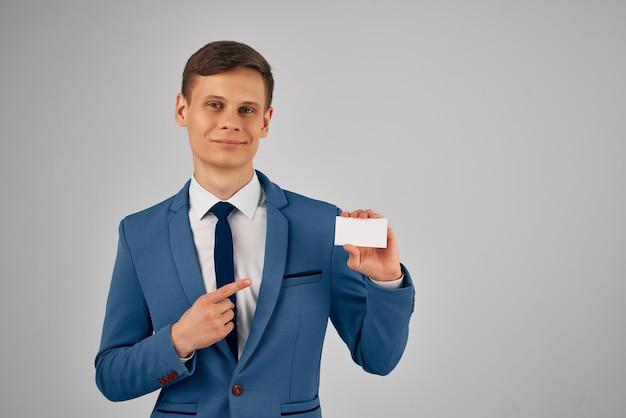 Un homme en costume avec une carte de visite dans ses mains un professionnel de l'espace de copie de carte d'identité