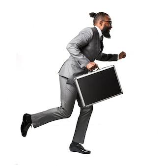 Homme en costume courir avec une mallette