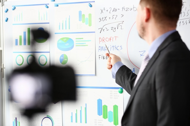Homme en costume-cravate afficher le pavé graphique des statistiques