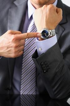 Homme en costume et cravate check out time