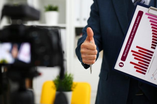 Homme en costume-cravate montrer signe de confirmation