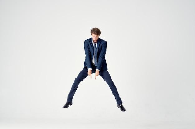 Homme en costume directeur bureau émotions motion fond clair