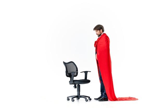 Homme en costume de directeur de chaise de bureau imperméable rouge